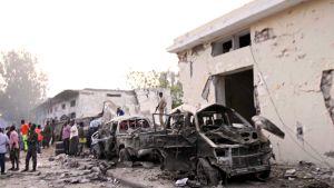 Autopommin aiheuttamaa tuhoa Somalian Mogadishussa lauantaina.