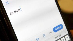 #metoo -teksti puhelimen näytöllä.
