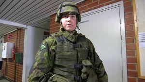 Nuori nainen taisteluvarustuksessa