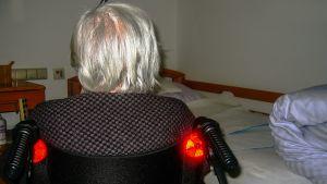 vanha nainen pyörätuolissa