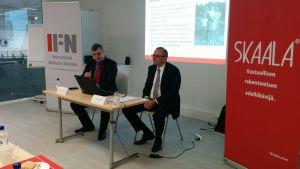 Markku Hautanen (vas.) ja Christian Klinger tiedotustilaisuudessa 31. lokakuuta 2017.