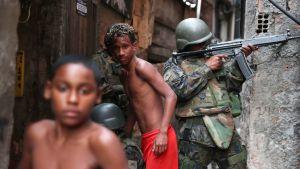 Poliisioperaatio Rocinhan favelassa Rio de Janeirossa Brasiliassa.