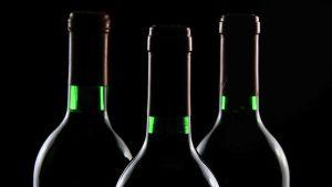 kolme pulloa viiniä