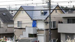Naapurit tarkkailivat, kun poliisi tutki paloittelusurmista pidätetyn miehen asuntoa Japanin Zamassa tiistaina.