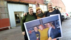 Virgofanit Liisa Mäkisalo, Veera Kiretti ja Laura Valkiala Rollikkahallin pihassa vanhan valokuvan kanssa