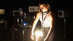 Tytti Arola esittämässä teostaan Rasva Flow-festivaalilla 2016.
