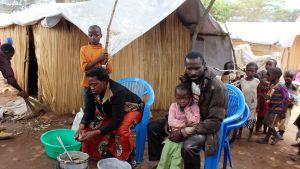 Kongolainen pakolaisperhe Kenanin pakolaisleirillä 30. lokakuuta.