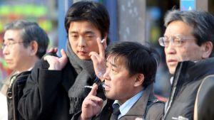 Japanilaisia liikemiehiä tupakkatauolla Tokiossa.