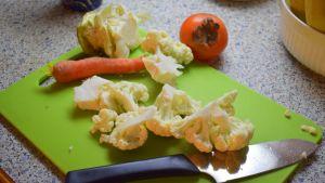 Vihanneksia leikkuulaudalla.