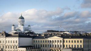Helsingin Kauppatirilta näkymää jossa näkyy Presidentinlinna ja Tuomiokirkko.