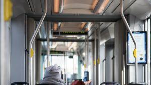 Matkustaja raitiovaunussa.