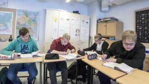 Rautavaaran lukiolaiset Matias Leppänen, Nikolas Immonen, Tomi Ylönen ja Atte Stenström saksan tunnilla.