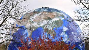 Bonnin ilmastokokouksen yhteydessä kokouspaikalle rakennettu suuri maapallo.