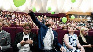 Touko aalto ja ilmapallot puoluekokouksessa