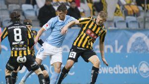 Häckenin Juhani Ojala (oik.) Malmö-ottelussa