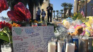 Kukkia Las Vegasin joukkoampumisen tapahtumapaikalla.