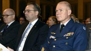 Puolustusvoimain komentaja, kenraali Jarmo Lindberg (oik.) vierellään puolustusministeri Jussi Niinistö (kesk.) Maanpuolustuskurssin avajaisissa Helsingissä 6. marraskuuta 2017.