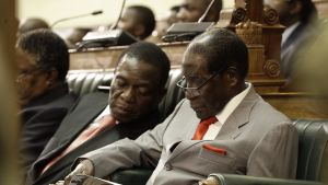 Zimbabwen presidentti Robert Mugabe (oik.) ja varapresidentti Emmerson Mnangagwa (vas.)