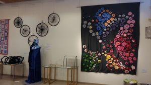 Kierrätysmateriaaleista taidetta seinille.