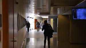 Vaasan yliopiston päärakennuksen käytävä.