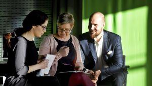 Valtiovarainvaliokunnan varajäsen Emma Kari, eduskuntaryhmän puheenjohtaja Krista Mikkonen ja puheenjohtaja Touko Aalto vihreän tulevaisuusbudjetin eli vihreiden vuoden 2018 vaihtoehtobudjetin esittelytilaisuudessa Helsingissä tiistaina.