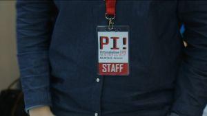 Pi! Viittomakielinen Expo -työntekijätunnistuslätkä.