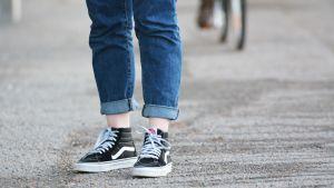 Ihmisen jalat, joissa nilkat ovat paljaana.