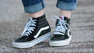 Lähikuva jaloista, joissa nilkat ovat paljaana.