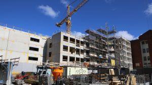 Kerrostalo rakenteilla Hartelan rakennustyömaalla.