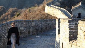 Melania Trump kävelee Kiinan muurilla.