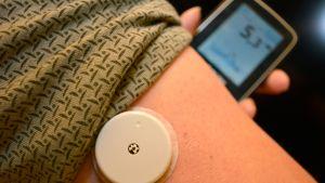 Nainen mittaa verensokeriaan Libre-laitteella