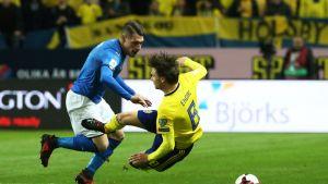 Italian Graziano Pelle ja Ruotsin Albin Ekdal.