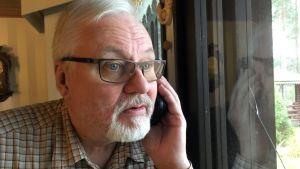 Jukka Kietäväinen sai pitkään yhteyden vain olohuoneen ikkunan viereltä.