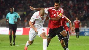 Wahbi Khazri (Tunisia) ja Mohamed Al Ghanodi (Libya) taistelivat