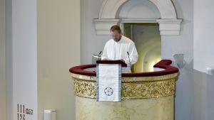 Helsingin uusi piispa Teemu Laajasalo saarnasi vihkimysmessussaan Helsingin tuomiokirkossa 12. marraskuuta 2017.