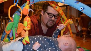 Jaakko Laakso ja kahden kuukauden ikäinen poikansa Iisakki.