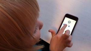 Lapsi puhelin kädessä