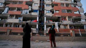 Ihmisiä järistyksessä tuhoutuneen rakennuksen edustalla Sarpol-e Zahabissa Iranissa 13. marraskuuta.