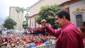 Venezuelan presidentti Nicolás Maduro kuvattuna kannattajiensa ympäröimänä Caracasissa 7. marraskuuta.