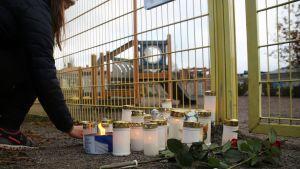 Kynttilöitä tuodaan lyseon leikkipuistoon.