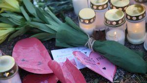 Kynttilöitä Lyseon leikkipuiston portilla
