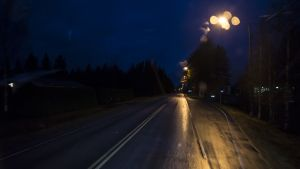 Pimeä ja märkä tie imaisee ajovalojen tehon.