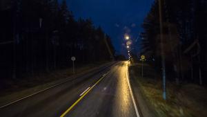 Musta asfaltti sateessa heikentää katu- ja ajovalojen tehoa.