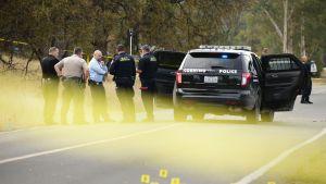 Poliisit suorittavat tutkintaa tapahtumapaikalla.