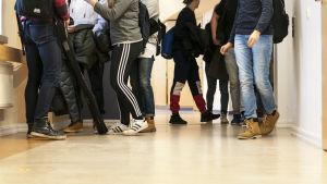 Norssin yläasteen oppilaita käytävällä.
