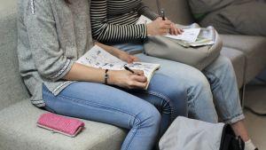 Norssin yläasteen oppilaita tekemässä koulutehtäviä.