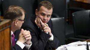 Pääministeri Juha Sipilä ja valtiovarainministeri Petteri Orpo (oik.) eduskunnan täysistunnossa Helsingissä 15. marraskuuta 2017.