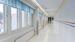 Sairaalan valkoinen käytävä.