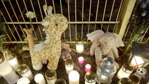 Surijoiden tuomia kynttilöitä ja lasten pehmoleluja Porvoossa Lyseon leikkipuistossa maanantai-iltana 13. marraskuuta.