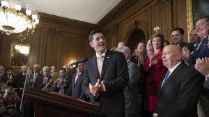 Yhdysvaltain edustajainhuoneen puhemies Paul Ryan puhui tiedotustilaisuudessa veronkevennyspaketin hyväksymisen jälkeen 16.11.2017.